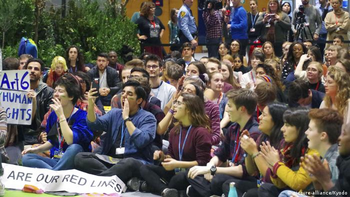 Student activists sit in protest outside of COP25 in Madrid in December 2019 (picture-alliance/Kyodo)