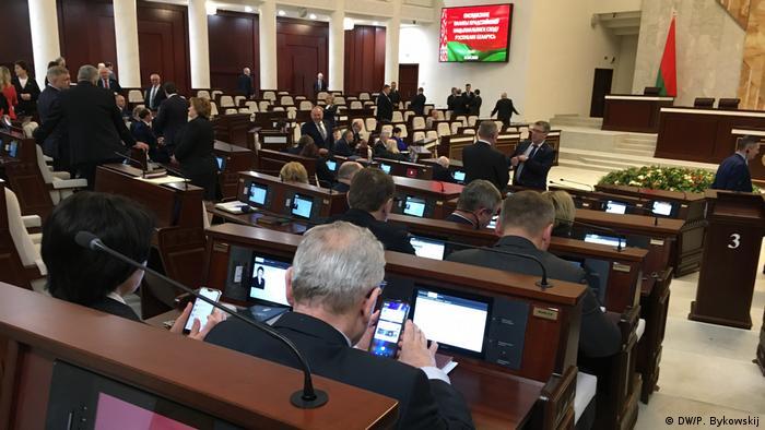 Депутаты белорусского парламента в зале заседаний