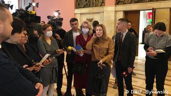 Журналисты, часть из которых в защитных масках, ждут в фойе депутатов