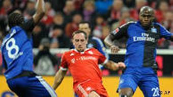Auch Ze Roberto (li.) und Demel konnten Ribery nicht stoppen (Foto: AP)
