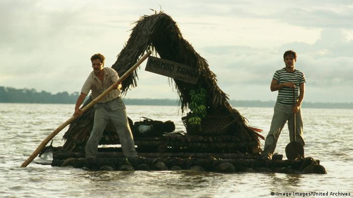 Film Die Reise des jungen Che - Szene mit zwei Männern auf Floß auf Fluss (Imago Images/United Archives)