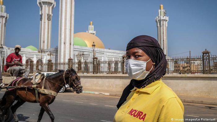 Senegal 60. Unabhängigkeitstag | Frau mit Schutzmaske