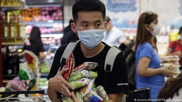 Philippinen Coronavirus | Mann mit Schutzmaske beim Einkaufen