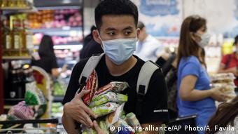 Мужчина в маске в магазине в филиппинском городе Тагиг
