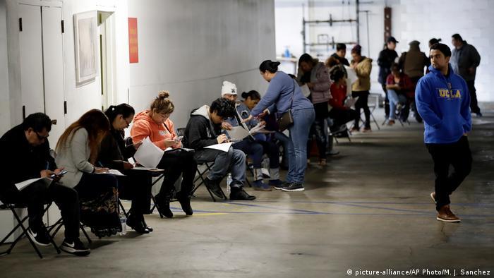 Американцы подают заявления о пособии по безработице. Лос-Анджелес, 13 марта 2020 года