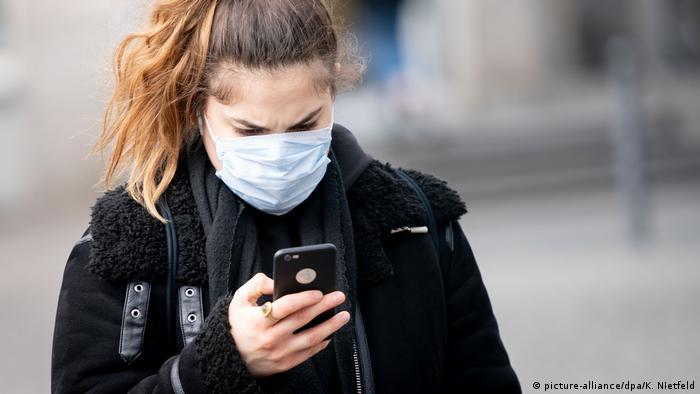 Deutschland Berlin - Frau mit Smartphone