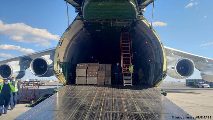 Груз защитных масок, аппаратов ИВЛ и другого медицинского оборудования на борту российского самолета, приземлившегося 1 апреля в Нью-Йорке