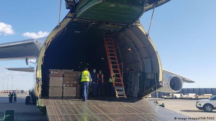 Коробки с аппаратами ИВЛ и другим оборудованием, необходимым для борьбы с коронавирусом, на борту российского самолета, готовящегося к вылету в США.