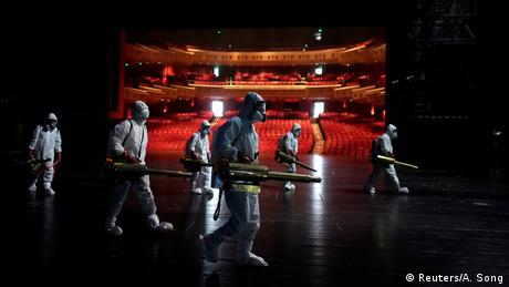 BdTD - China | Freiwillige desinfizieren das Qintai Grand Theatre in Wuhan (Reuters/A. Song)