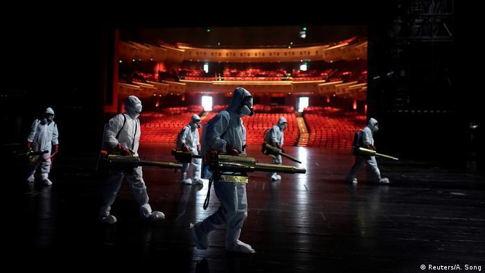 BdTD - China | Freiwillige desinfizieren das Qintai Grand Theatre in Wuhan (Reuters/A. Song)