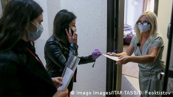 Волонтеры берут список продуктов, которые надо купить и принести людям, находящимся дома в период карантина