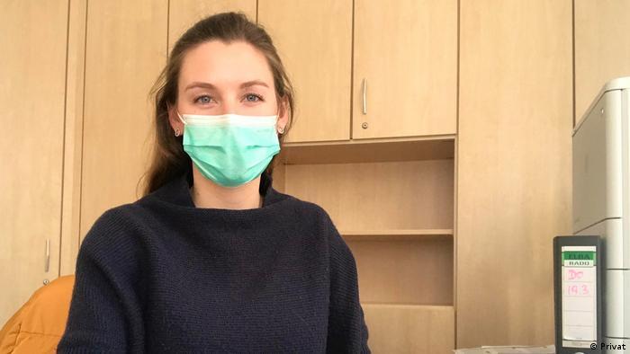 Charlotte Dubral în timpul activităţii la centrul de protecţie împotriva infecţiilor cu sediul la Köln