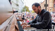 Pianist Igor Levit bei der Demonstration gegen Antisemitismus in Halle