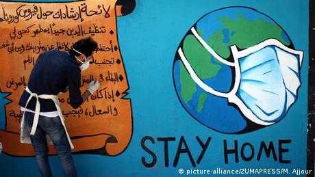 Ured Svjetske zdravstvene organizacije u Gazi procjenjuje da bi se prvih 100 slučajeva zaraze moglo liječiti u postojećim kapacitetima. Ali nakon toga bi Palestini trebala podrška izvana. Zato aktivisti i umjetnici pokušavaju skrenuti pažnju na važnost ostajanja kod kuće.