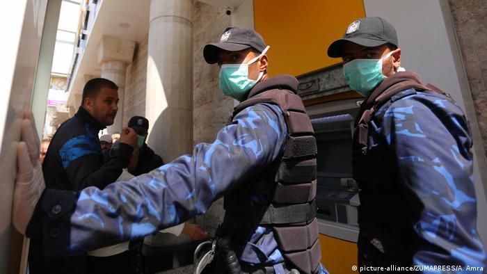 Esperando el pago de salarios en Gaza.
