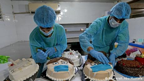 Pekara u izbjegličkom kampu Khan Yunis također daje doprinos u borbi protiv virusa. U njoj se peku torte sa zaštitnim maskama kako bi se privukla pažnja na opasnost od Covida-19.