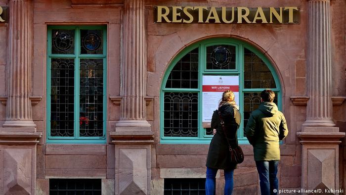 People standing in front of a restaurant in Heidelberg