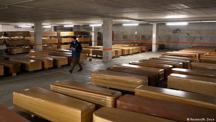 Särge mit Corona-Toten in der Tiefgarage eines Bestattungsinstituts in Barcelona (Foto: Reuters/N. Doce)