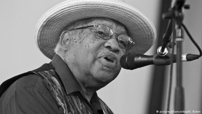 Ellis Louis Marsalis Jr. sings into a microphone (picture-alliance/dpa/S. Bolen)