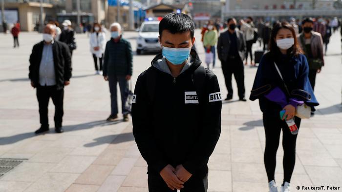 Tres minutos de silencio en honor a las víctimas del coronavirus en Pekín el 4 de abril.