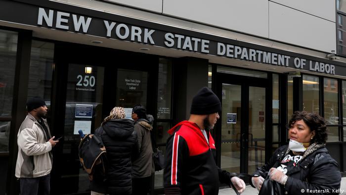Люди у входа в здание биржи труда в Нью-Йорке