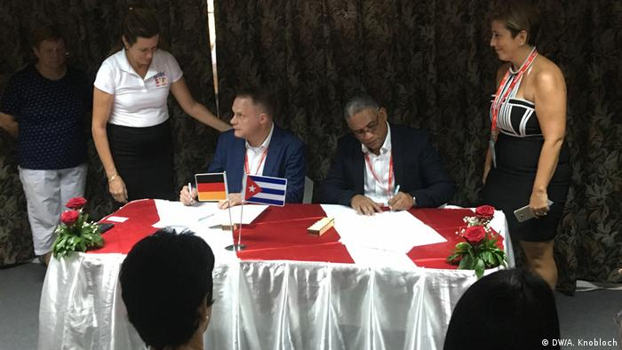 Georg Scheffer (Profümed) i Alfonso Brooks Rodriguez (Copextel) potpisuju ugovor