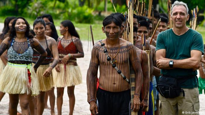 O médico Erik Jennings e indígenas na terra Munduruku (Erik Jennings)