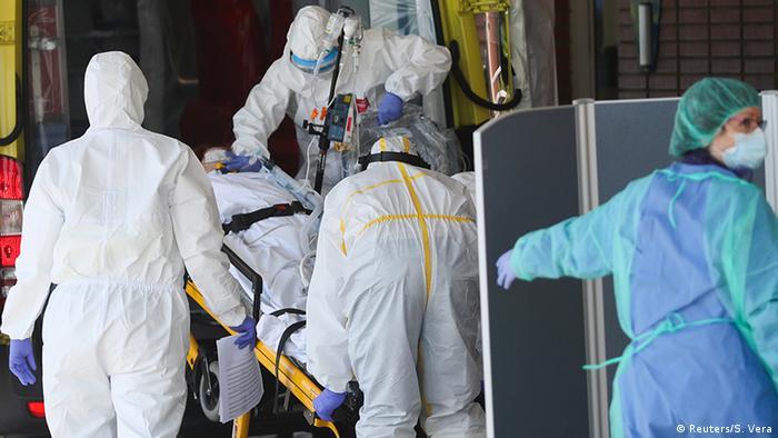 Personal médico llega con un paciente a la sala de emergencias de un hospital en Leganés, España
