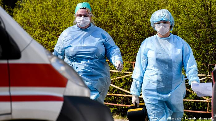 Ukraine Kiew   Coronavirus   Arzt in Schutzanzug