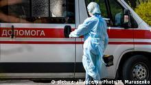 03.04.2020 *** Ambulance doctor in protective suit as a measure against the coronavirus COVID-19 near ambulance car on street in Kyiv, Ukraine on April 03, 2020 (Photo by Maxym Marusenko/NurPhoto) | Keine Weitergabe an Wiederverkäufer.