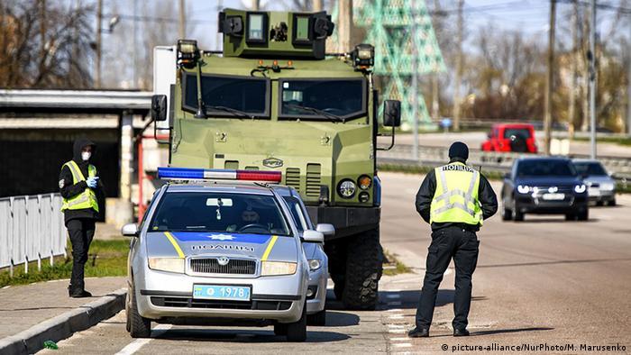 Блок-пост на в'їзді до Києва в часи епідемії COVID-19