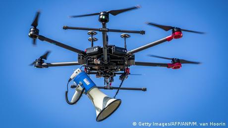 BdTD - Niederlande Heerlen Drohne mit Megafon (Getty Images/AFP/ANP/M. van Hoorin)