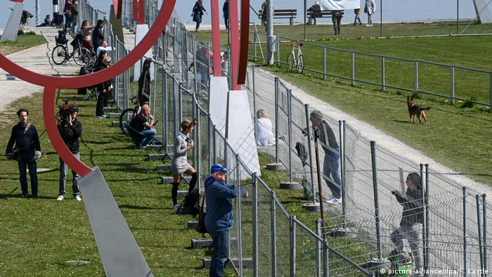 Man mag sich weiterhin: Schweizer und deutsche Bürger unterhalten sich über die neu errichteten Grenzsabsperrungen bei Konstanz/Kreuzlingen hinweg