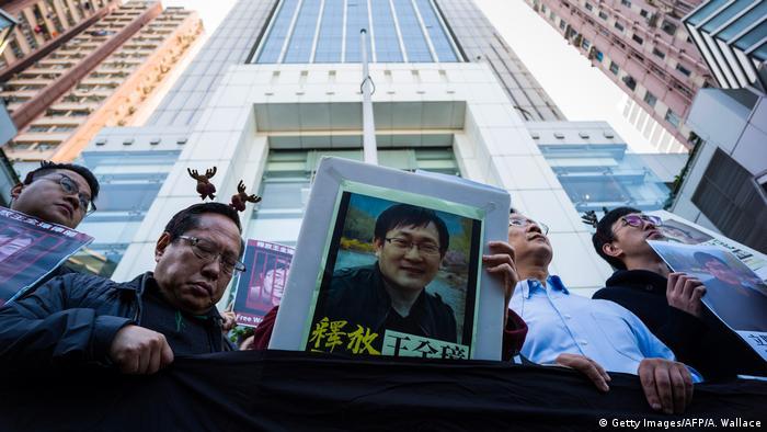 Hongkong | Aktivisten mit Foto des Menschenrechtsanwalt Wang Quanzhang