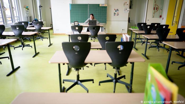 Lehrerin in Brandenburg während einer Videokonferenz mit ihren Schülern