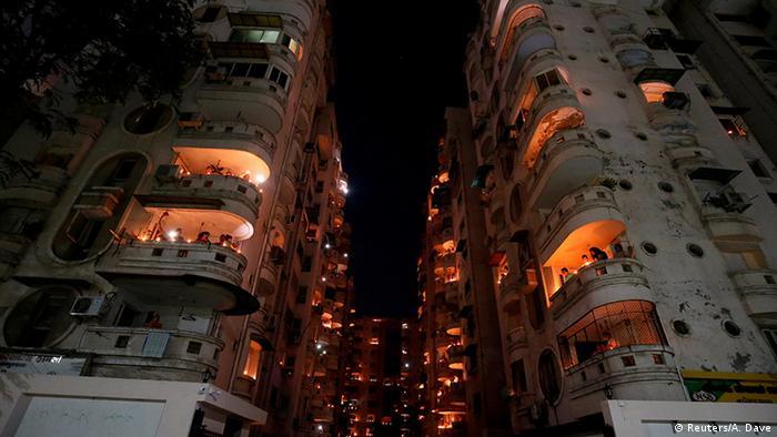 Indien Ahmedabad | Coronavirus | Solidarität, Kerzen & Lichter (Reuters/A. Dave)