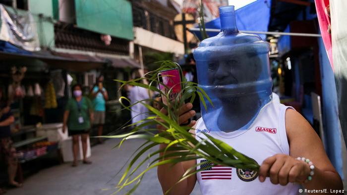 BdTD Philippinen Manila Palmsonntag Mann mit Gesichtsschutz (Reuters/E. Lopez)