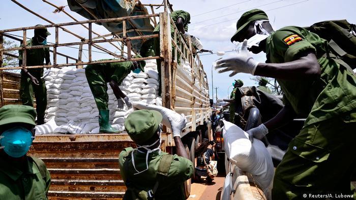 Coronavirus Uganda Kampala Regierung verteilt Lebensmittel (Reuters/A. Lubowa)
