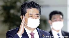 03.04.2020 *** Japan PM Abe Japanese Prime Minister Shinzo Abe arrives at his office in Tokyo ahead of a Cabinet meeting on April 3, 2020, wearing a face mask amid the spread of the new coronavirus. PUBLICATIONxINxGERxSUIxAUTxHUNxONLY