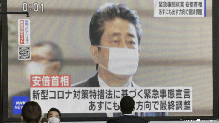 Japan Ministerpräsident Shinzo Abe auf Video-Leinwand (picture-alliance/Kyodo)