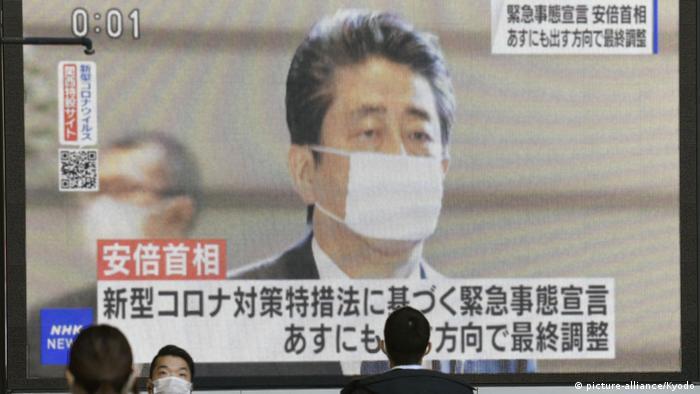 شینزو آبه، نخست وزیر ژاپن، در تلویزیون این کشور