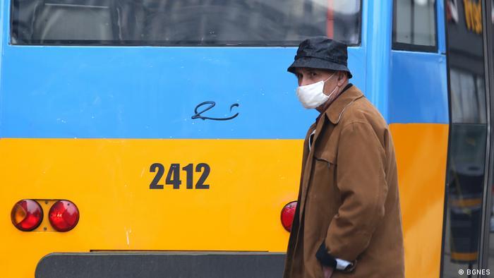 Мъж с предпазна маска