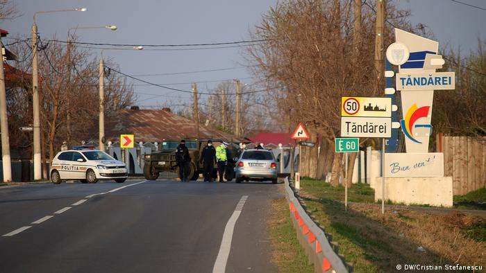 Militarii și polițiștii controlează intrările în localitate