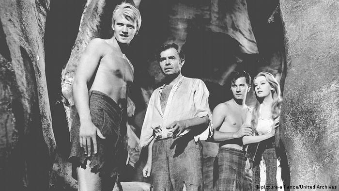 Die Reise zum Mittelpunkt der Erde Filmstill - Szene mit Menschengruppe in Höhle (picture-alliance/United Archives)
