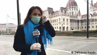 DW-Journalistin Fanny Facsar mit Mundschutz in Ungarn