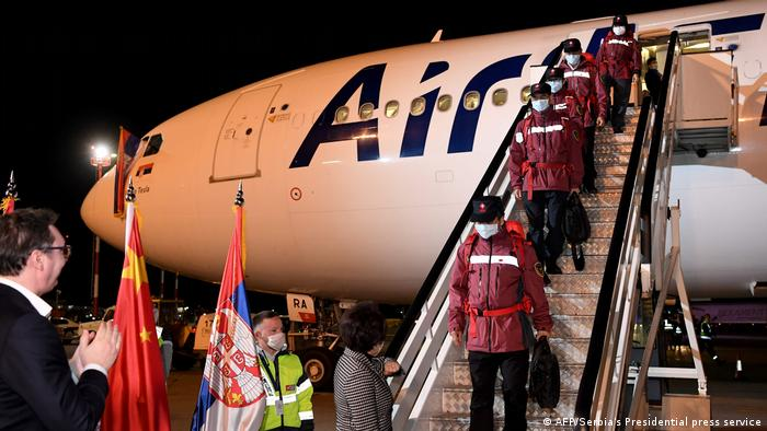 Predsjednik Vučić je osobno dočekao kinesku pomoć na početku pandemije koronavirusa, snimljeno na aerodromu u Beogradu