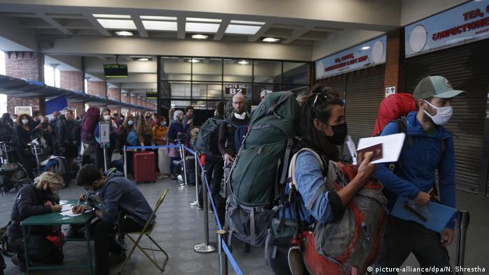 Coronavirus Nepal Kathmandu Touristen Flughafen (picture-alliance/dpa/N. Shrestha)