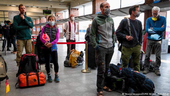 Nepal Touristen warten auf Rückflug