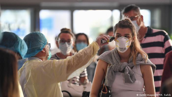 Calon penumpang di bandara Dubai dites suhu tubuh dan swab sebelum diizinkan terbang ke luar negeri