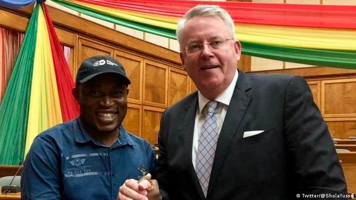 Yussif Abdul-Ganiyu shaking hands with DW Director General Peter Limbourg